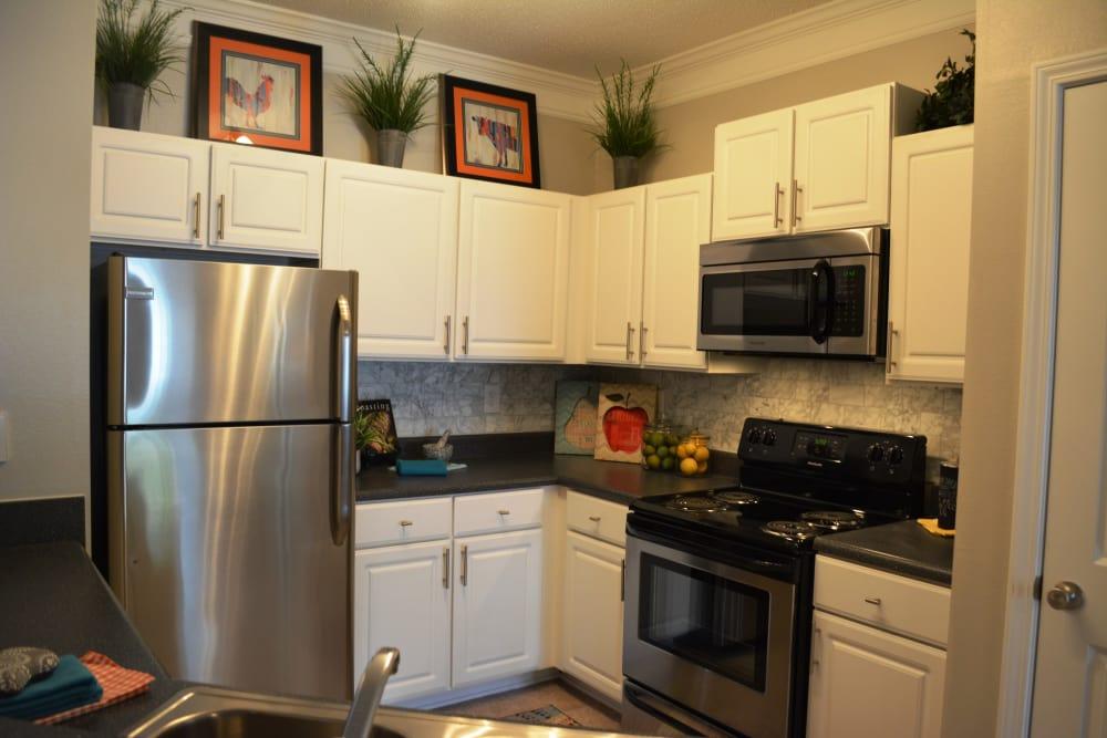 The Abbey at Eagles Landing apartments in Stockbridge, GA showcase a modern kitchen