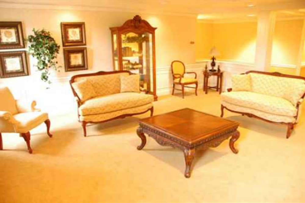 Regent Street Senior Living offers a relaxing lounge in West Bloomfield Township, Michigan
