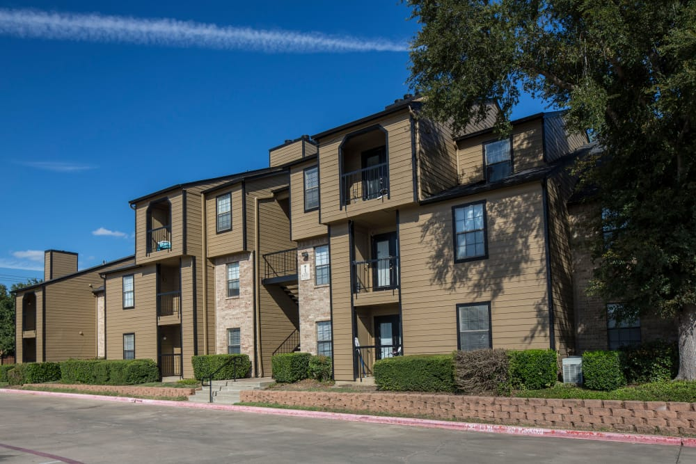 Apartment exterior view at Monterra Pointe in Arlington, TX
