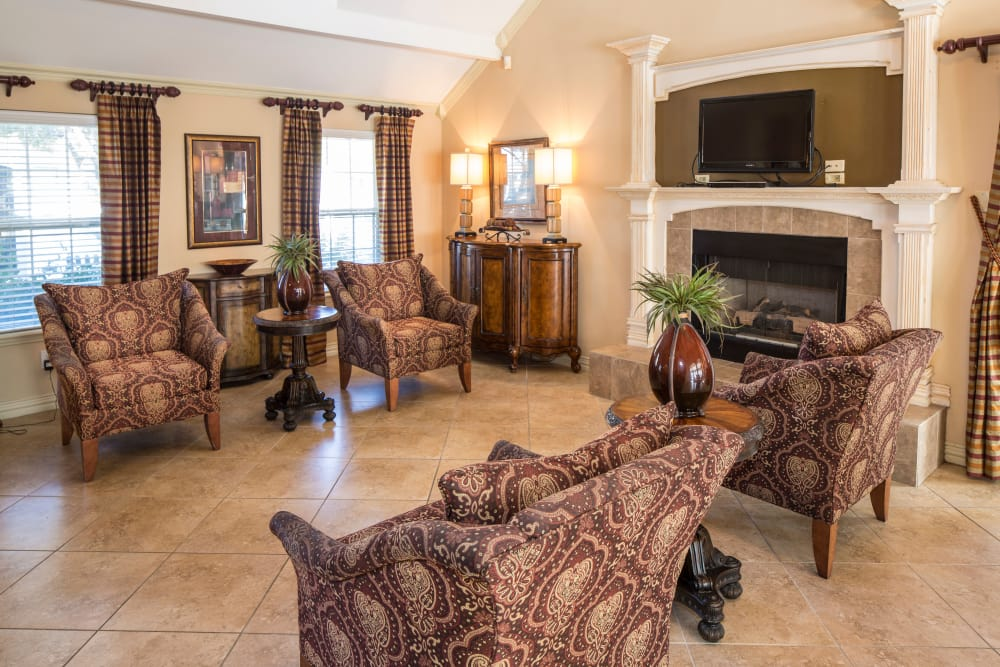 Monterra Pointe offers a clubhouse with beautiful living room in Arlington, TX