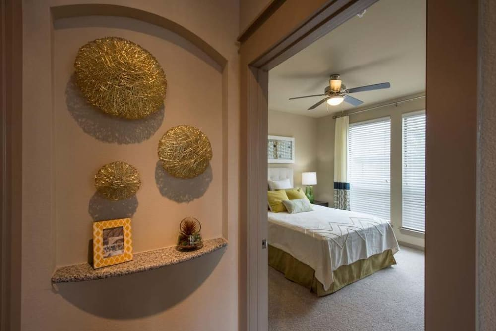 Imperial Lofts offers a quiet bedroom in Sugar Land, Texas