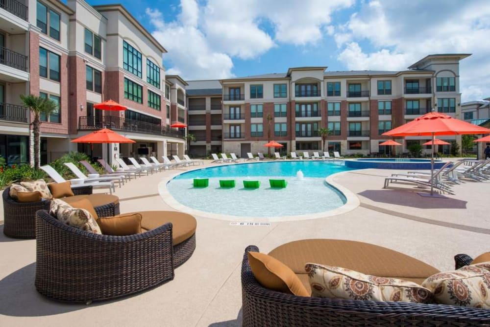 Beautiful swimming pool at Imperial Lofts in Sugar Land, Texas
