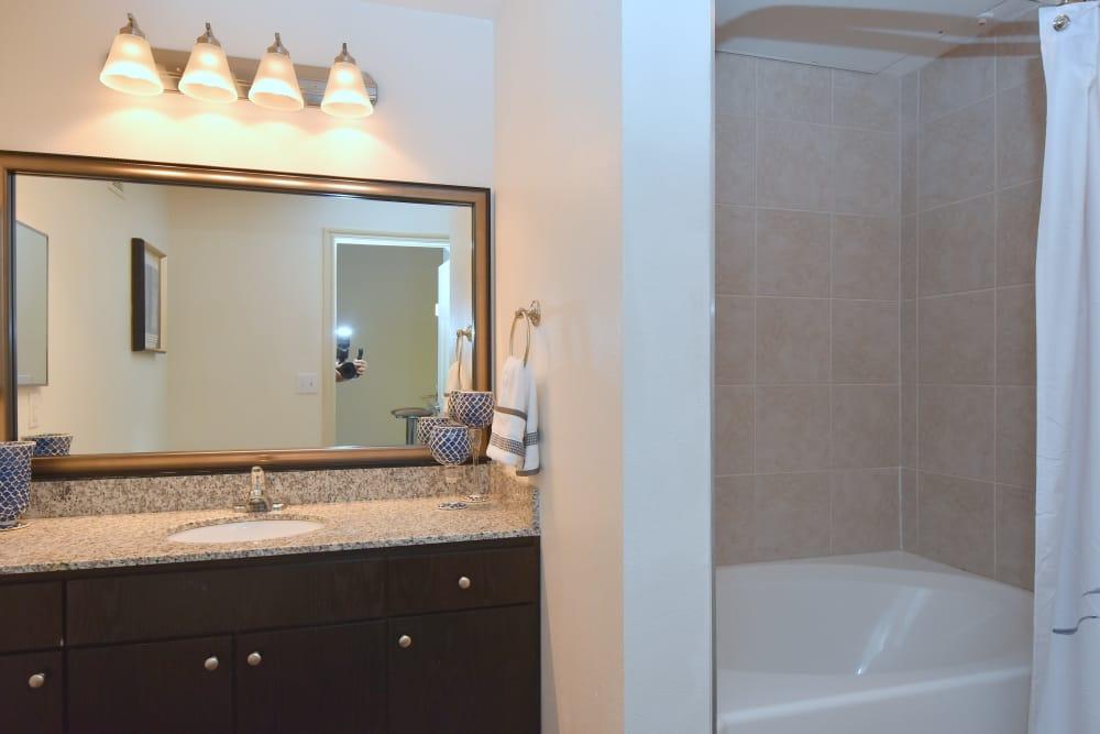 Midtown Grove Apartments bathroom