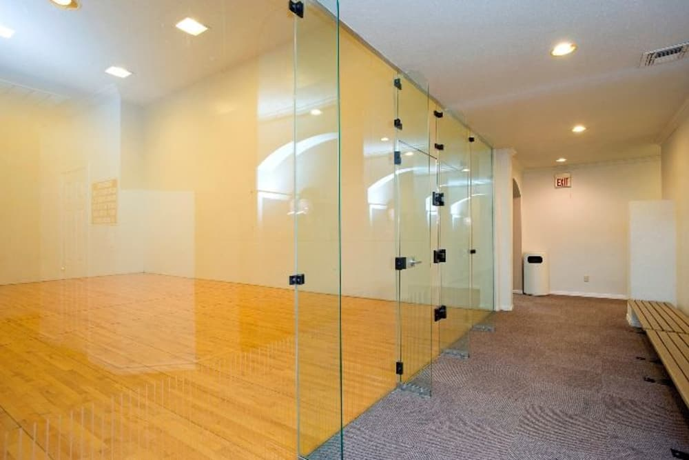 Rancho Palisades has racquetball courts in Dallas, Texas.