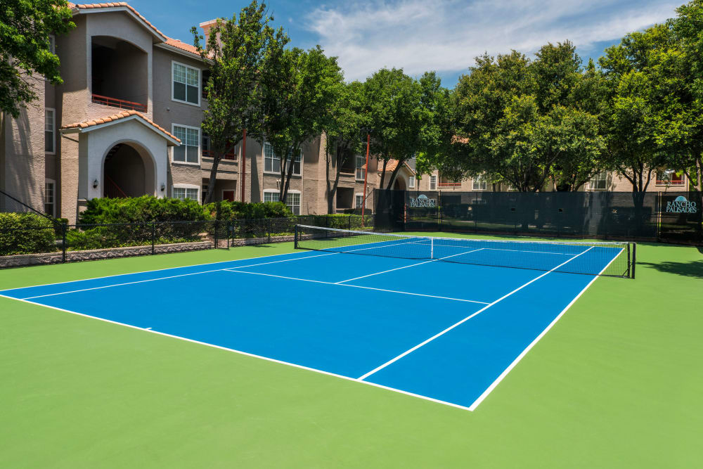 A vibrant tennis court at Rancho Palisades in Dallas, Texas.