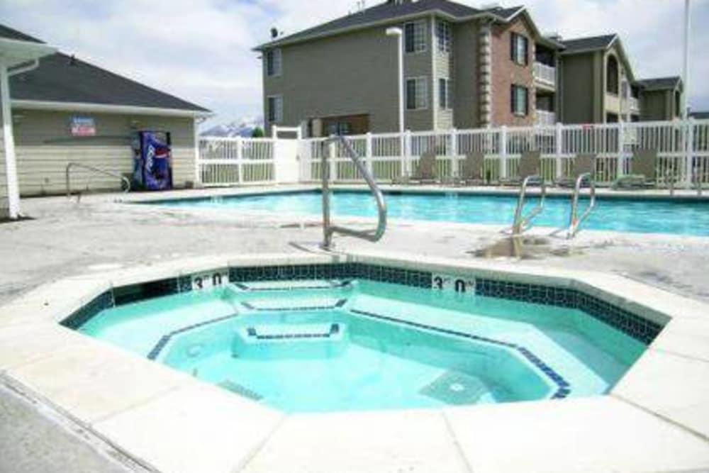 Hot tub at Woodgate Apartments