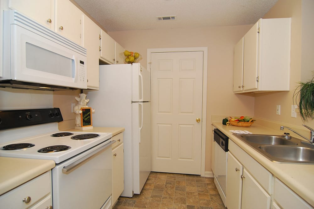 Beautiful Kitchen with Microwaves and Ice Makers at Huntington Place Apartments in Columbia, SC