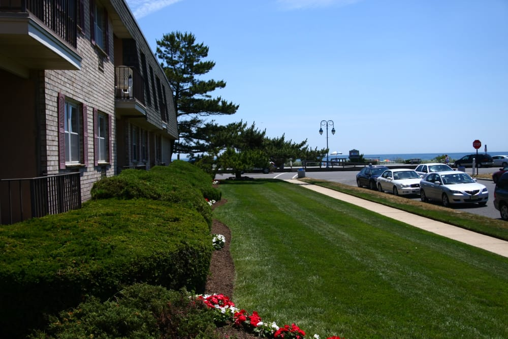 Well manicured lawns at Ocean Harbor Apartments