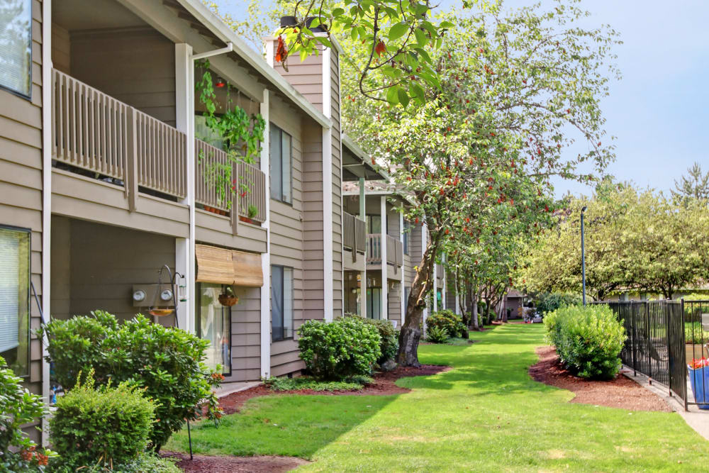 Landscaped grounds around Jasper Square Apartment Homes in Beaverton, OR