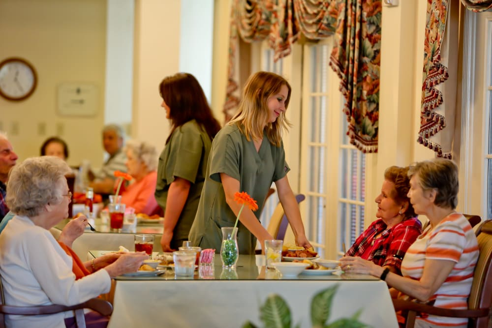 Dining and socializing at Azalea Estates of Monroe in Monroe, Louisiana.