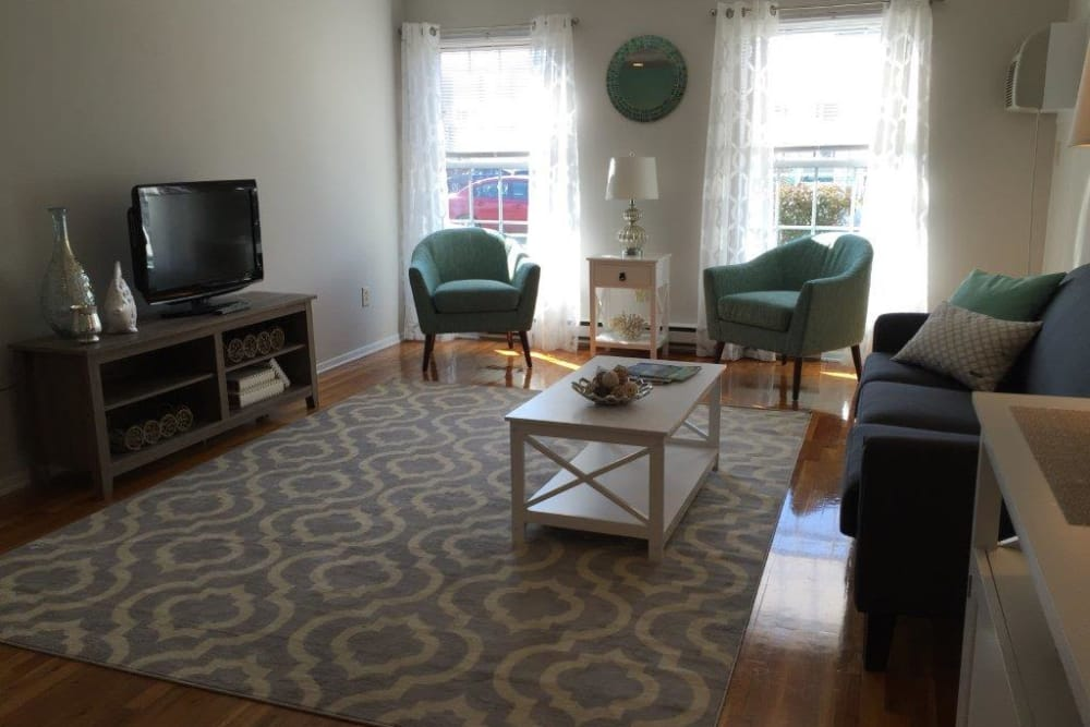 Living room with plenty of floor space at Shenandoah Arms
