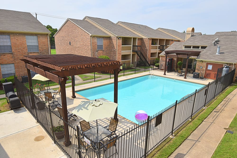 Brookmore Hollow Apartments swimming pool in Rosenberg, Texas