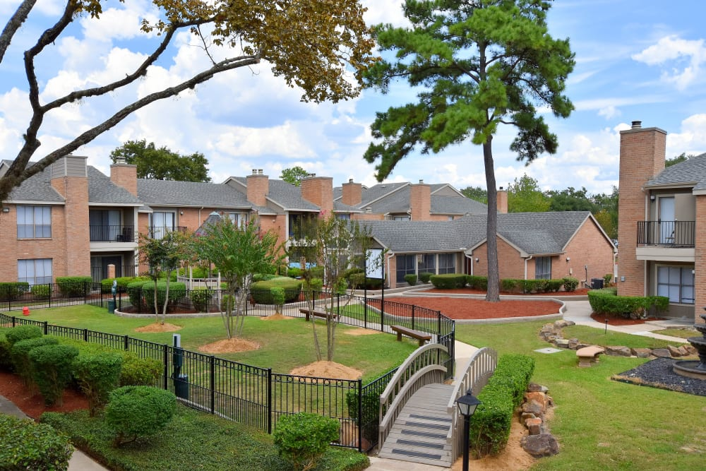 Courtyard at Deerbrook Garden Apartments in Humble, Texas