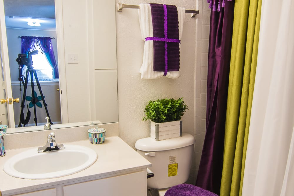 Apartments with nice bathrooms at Northlake Manor Apartments