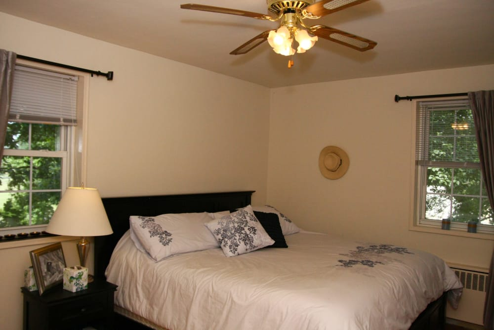 Alternative view of the master bedroom with a ceiling fan at Linden Arms