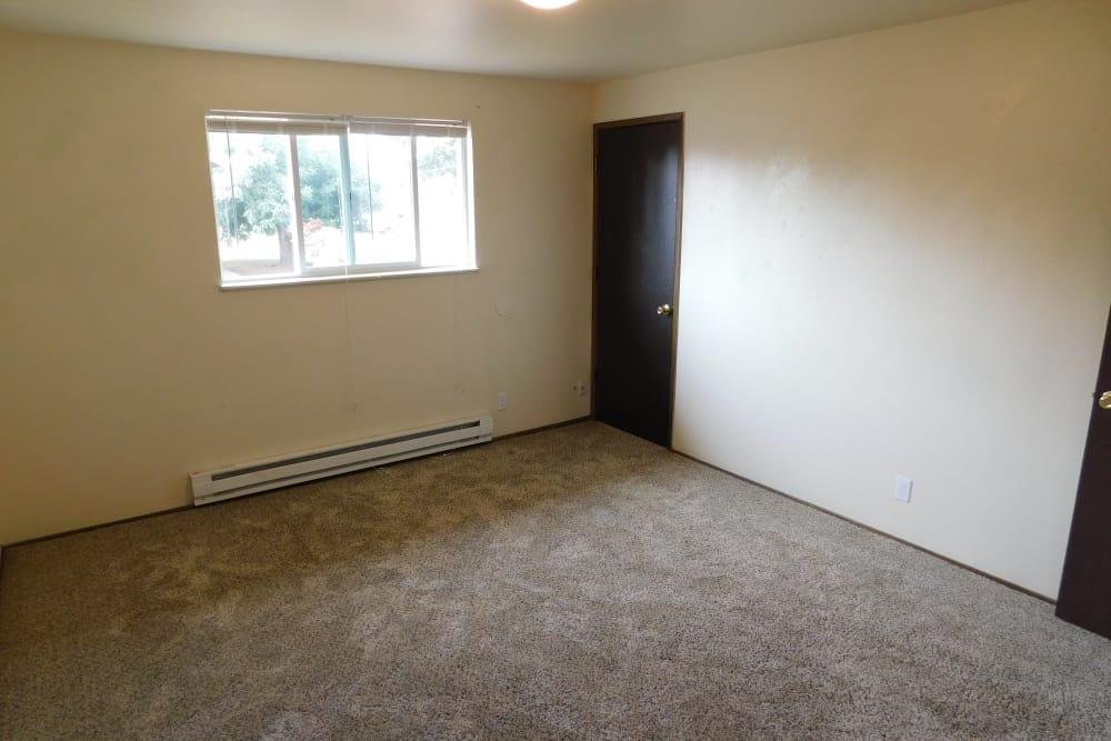 Oakwood Terrace offers a beautiful bedroom in Lebanon, Oregon