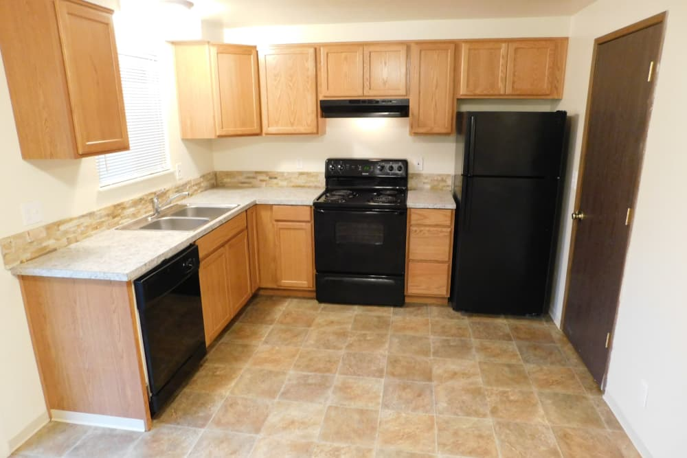 Oakwood Terrace offers a spacious kitchen in Lebanon, Oregon