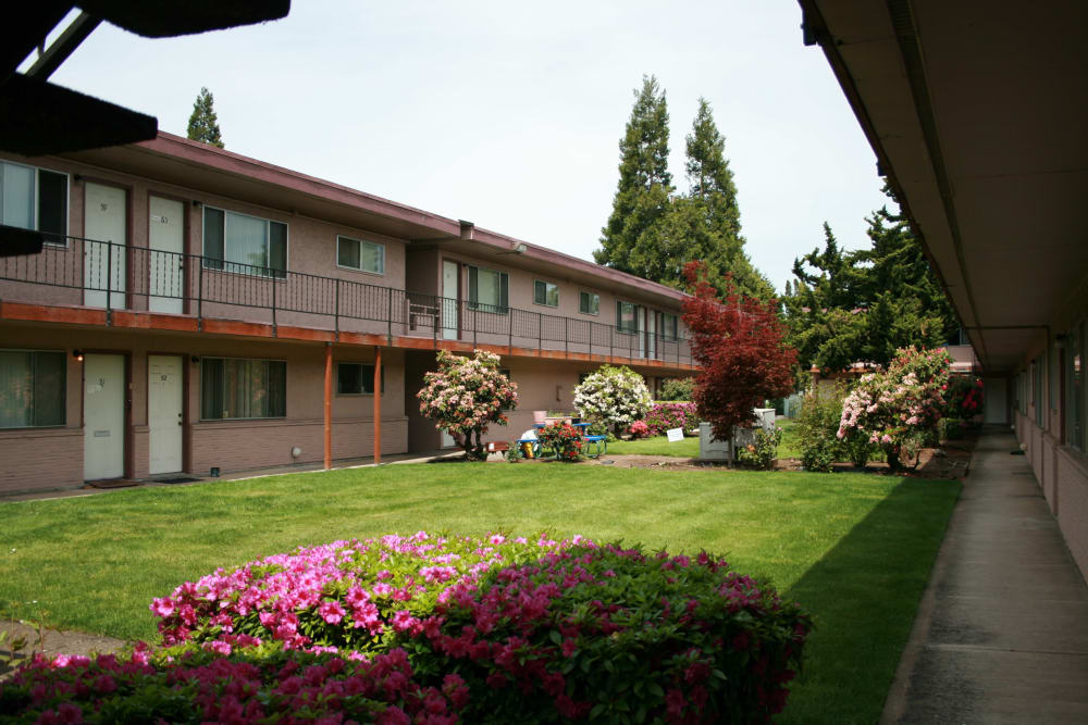 The Royals offers a beautiful green areas in Springfield, Oregon