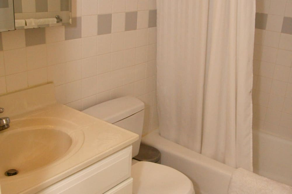 A white sink, toilet, and tub at Pompton Gardens