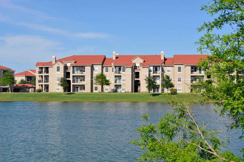 Exterior view of Crescent Cove at Lakepointe in Lewisville, Texas