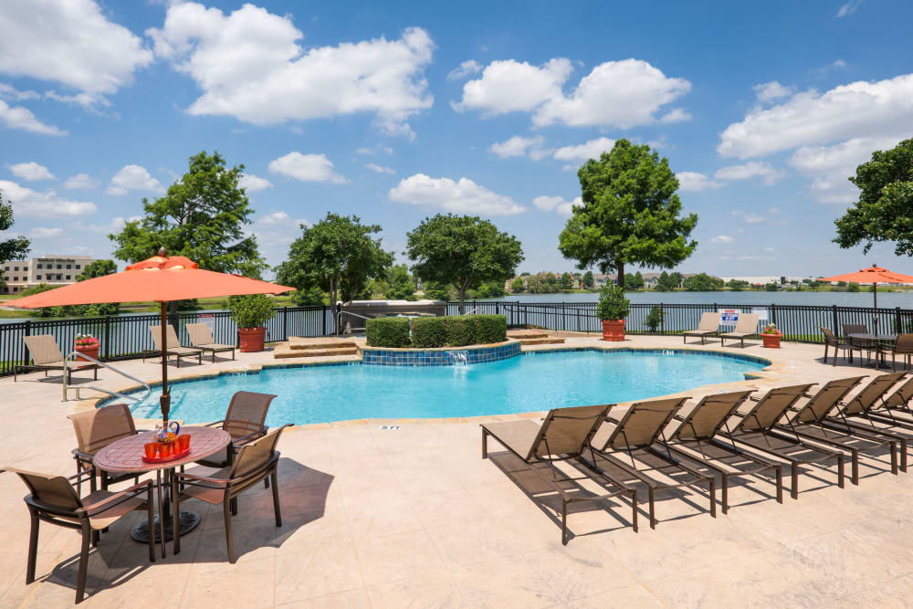 Crescent Cove at Lakepointe offers a luxury swimming pool in Lewisville, Texas