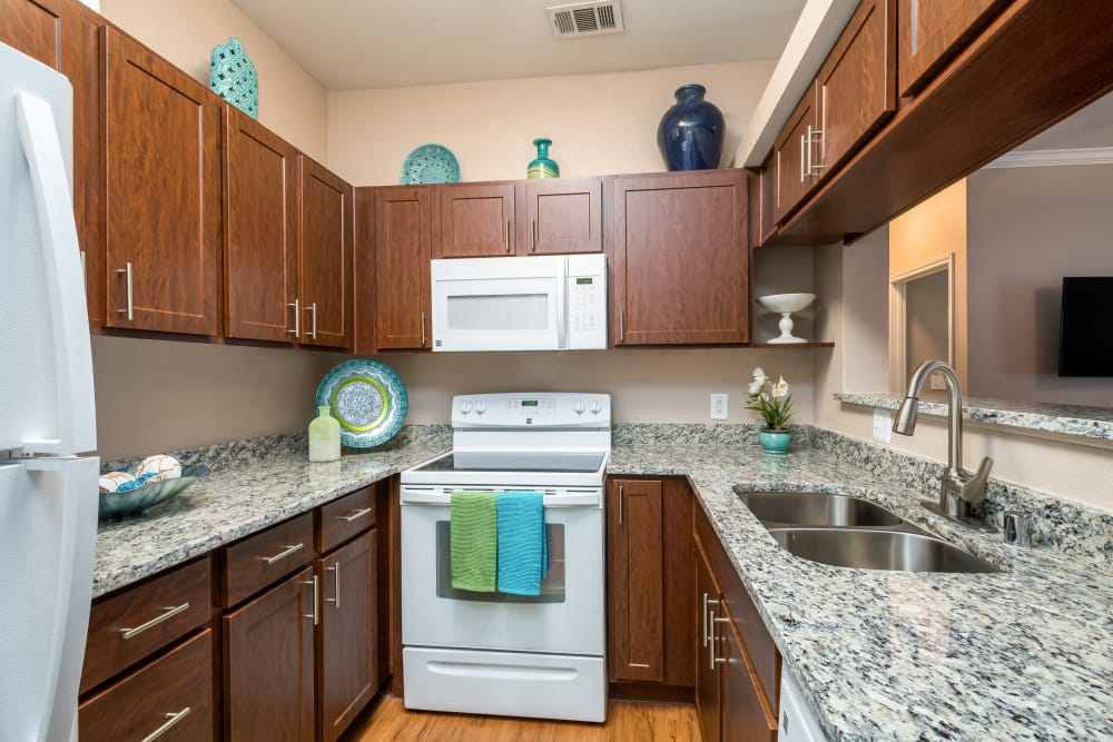 El Lago Apartments offers a modern kitchen in McKinney, Texas