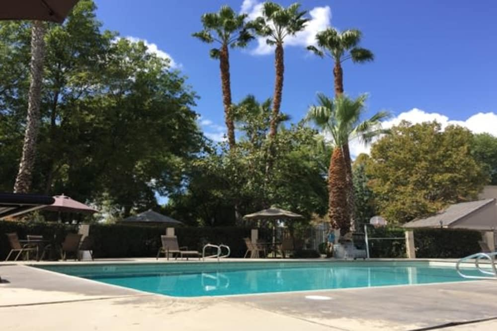 Sunridge Townhomes offers a spacious swimming pool in Fresno, CA