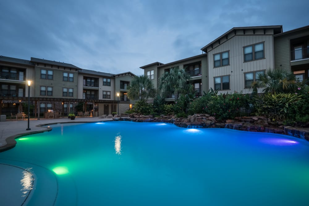 Queenston Manor Apartments offers a luxury swimming pool in Houston, Texas