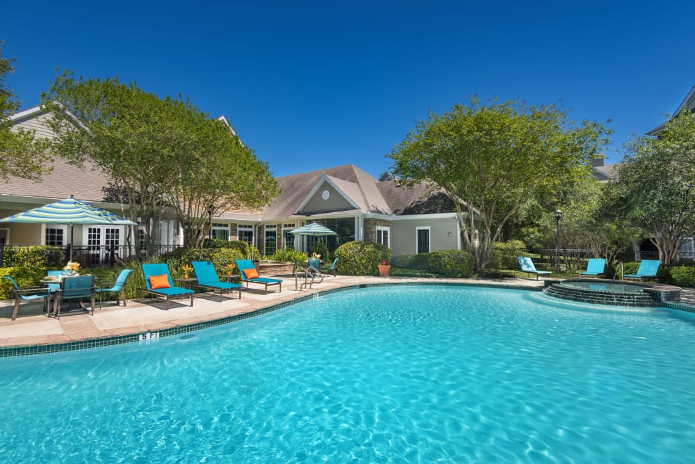 The Lodge at Shavano Park offers a luxury swimming pool in San Antonio, Texas