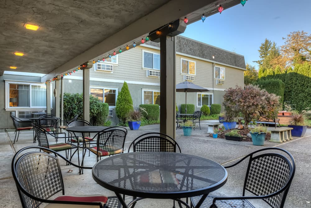 Dining patio at Royalton Place in Milwaukie, OR