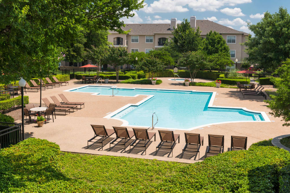 Beautiful swimming pool at Ballantyne Apartments in Lewisville, Texas