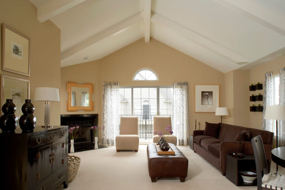 A view of the living room at Legends Rosewood Village in Ypsilanti, MI