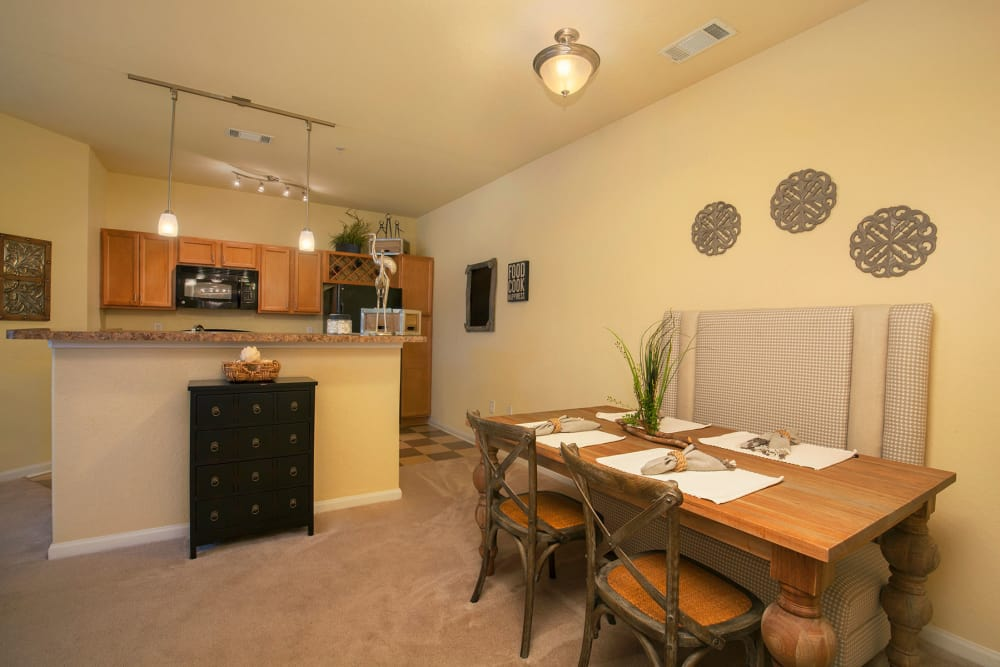 Dining area at Panther Effingham Parc Apartments in Rincon, GA