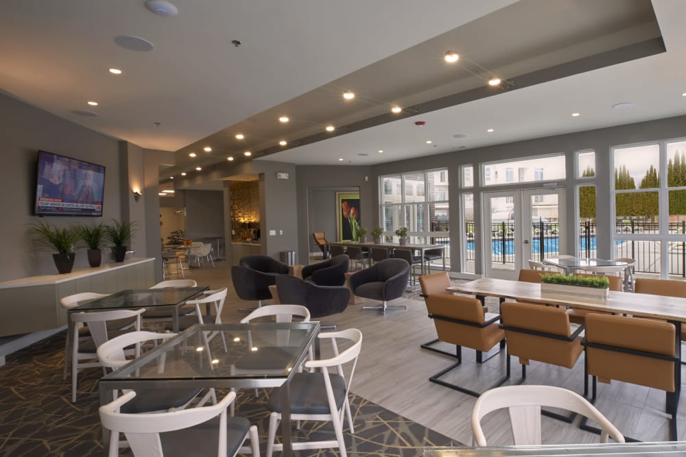 Flatscreen TV and a variety of wonderful seating options in the resident clubhouse at Five Points in Auburn Hills, Michigan