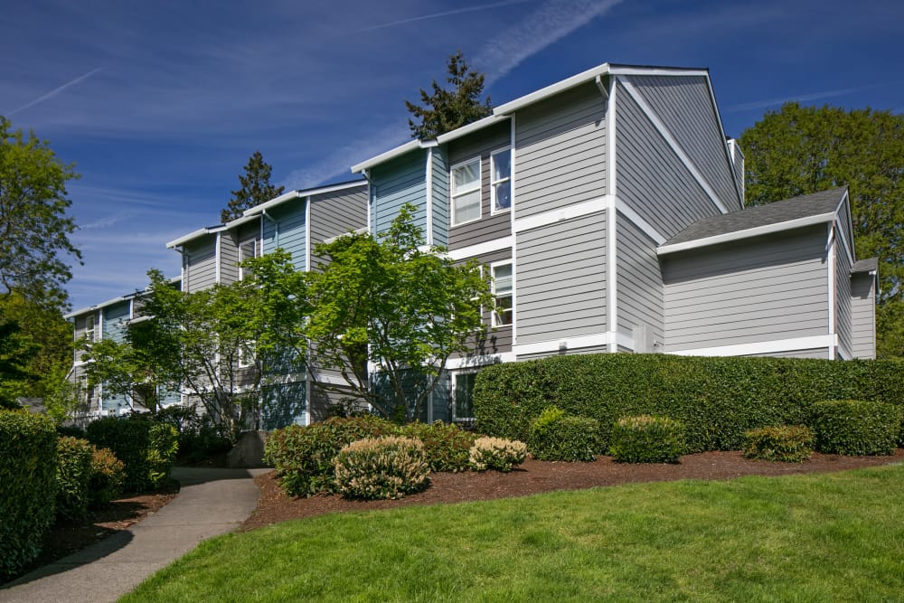Well-maintained landscaping outside resident buildings at Heatherbrae Commons in Milwaukie, Oregon