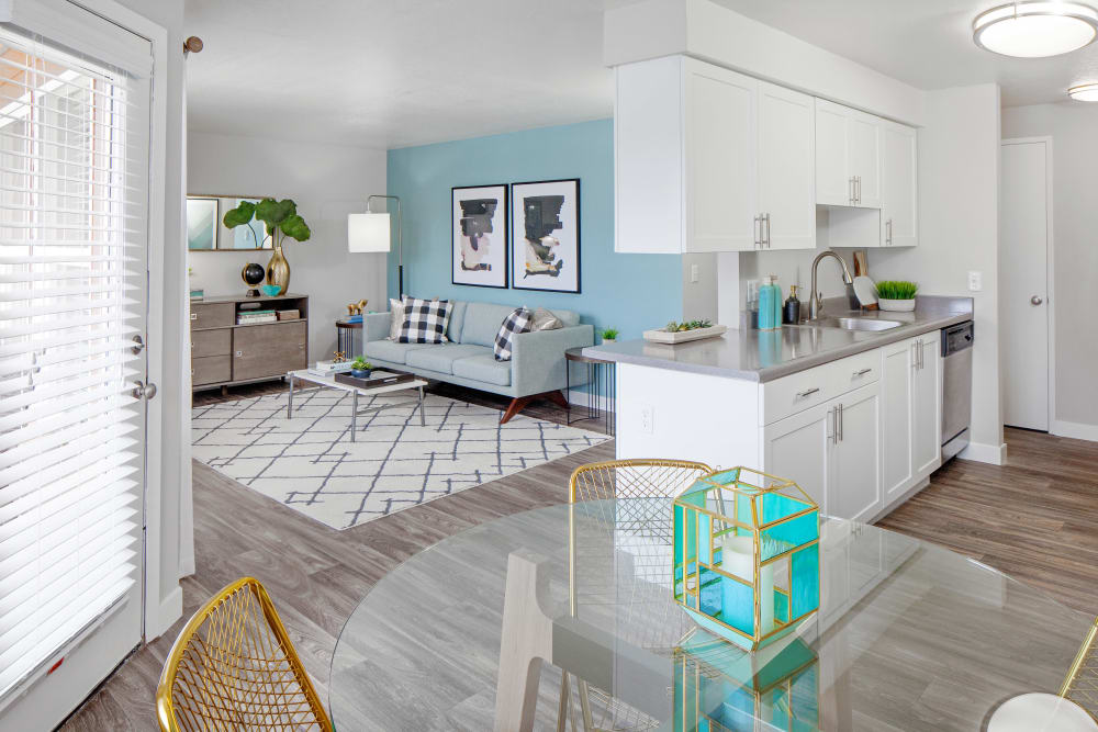 Well decorated living area at Heatherbrae Commons in Milwaukie, Oregon
