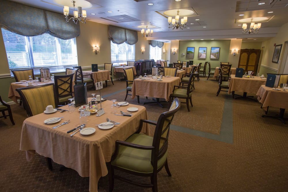 Common dining room at Discovery Village At Boynton Beach