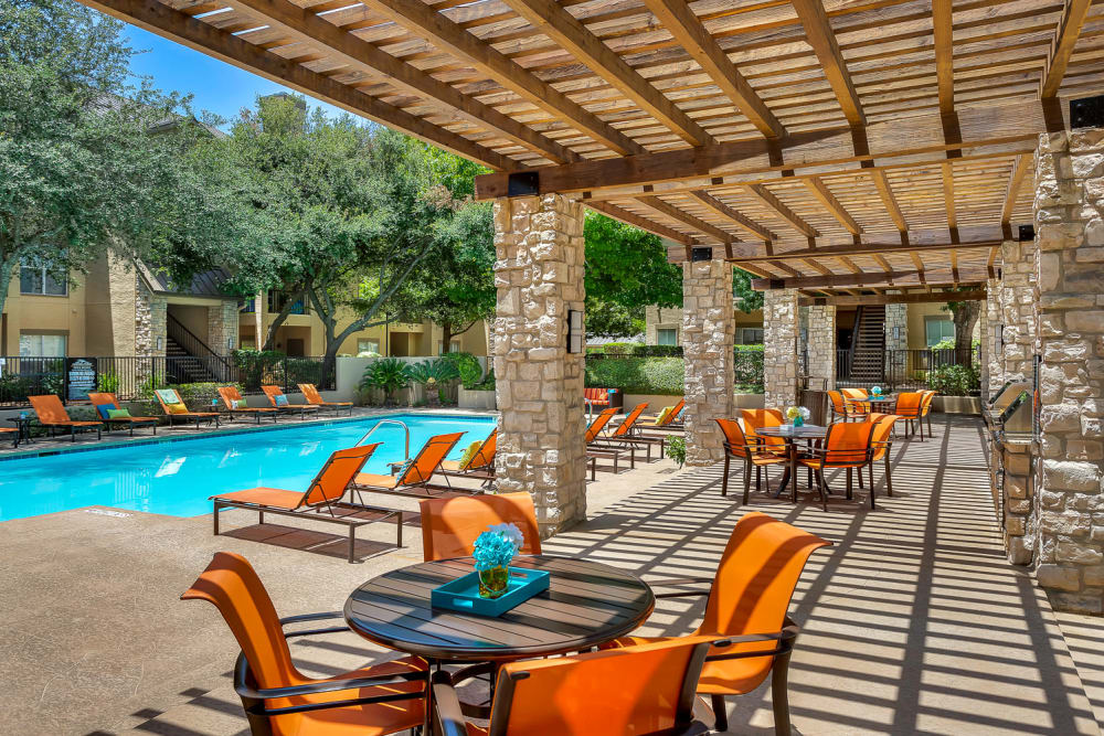 Dinning area by the pool at Villas at Oakwell Farms in San Antonio, Texas