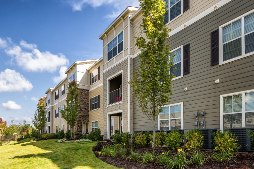 Apartments at Enclave at Highland Ridge in Columbus, Georgia on a sunny day