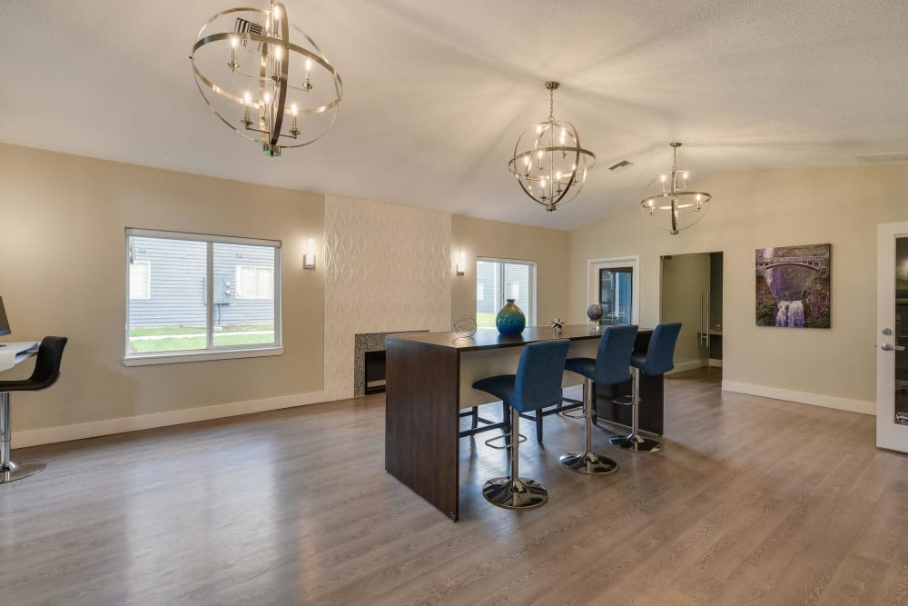 community clubhouse lounge area/business center at Walnut Grove Landing Apartments in Vancouver, WA