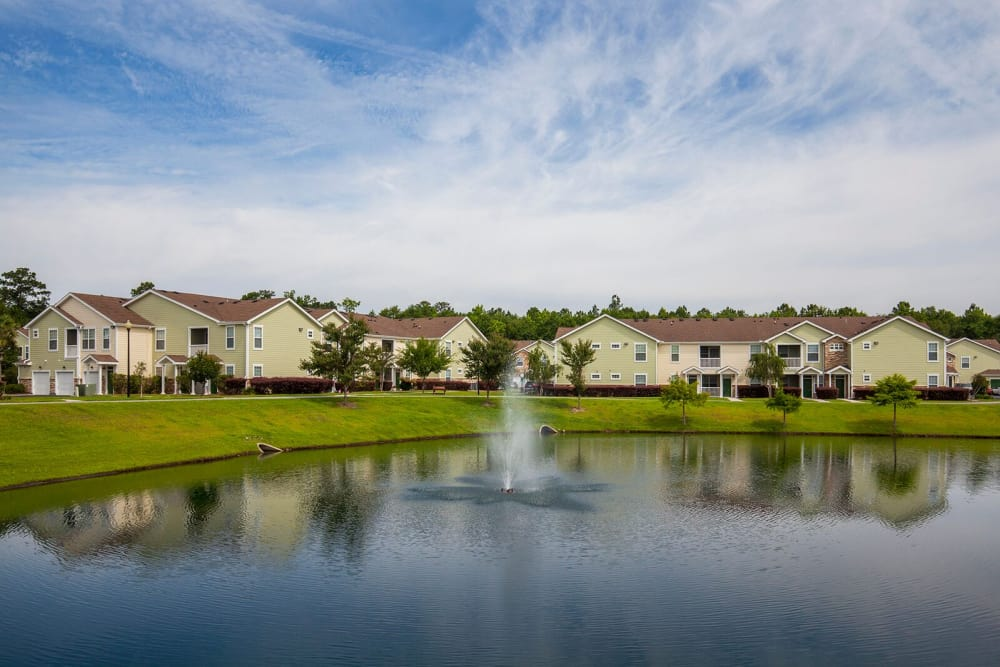 Lake & Fountain at Panther Effingham Parc Apartments in Rincon GA