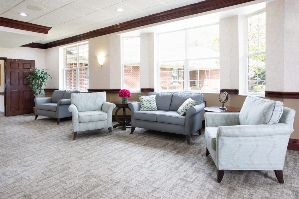 Indoor lounge area at Governor's Pointe in Mentor, Ohio