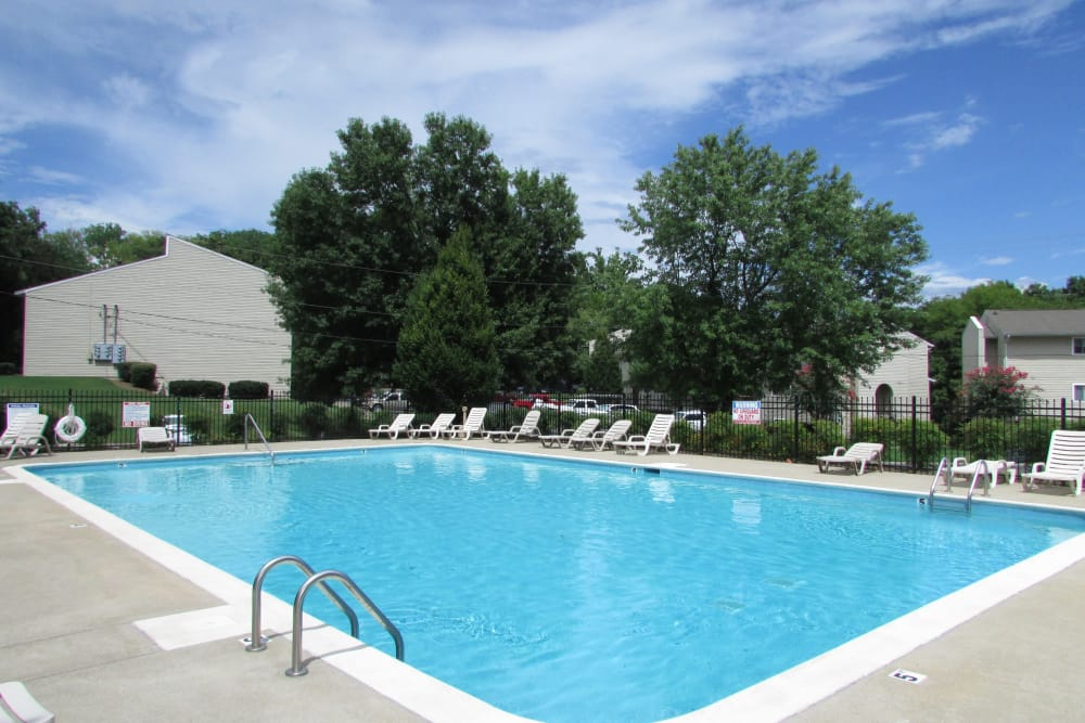 Swimming pool at Lincoya Bay Apartments & Townhomes in Nashville, Tennessee