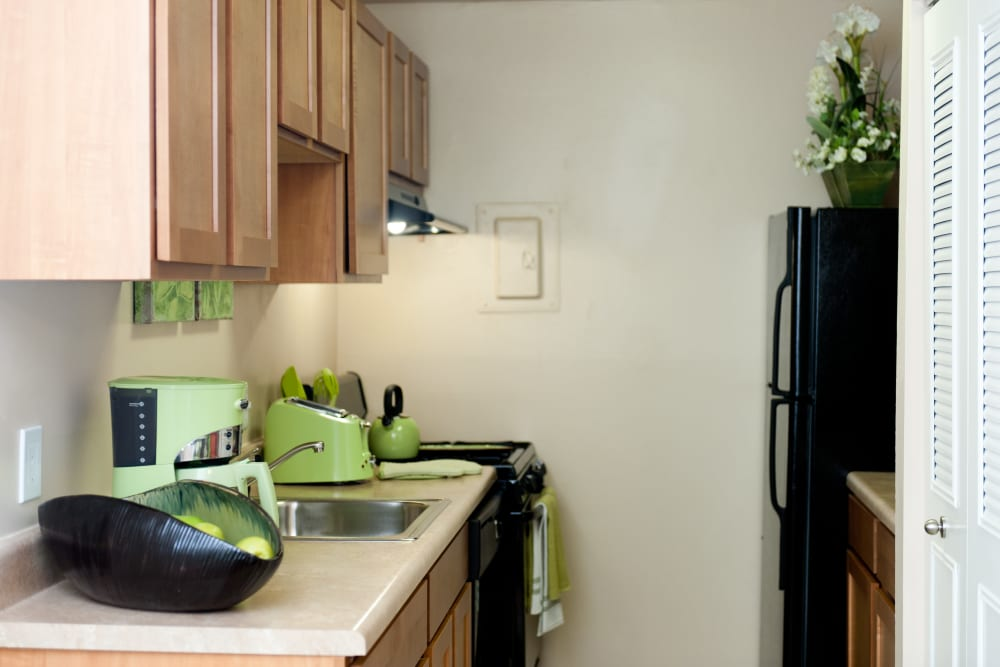 Modern kitchen at Bennington Crossings Apartment Homes in Alexandria, Virginia