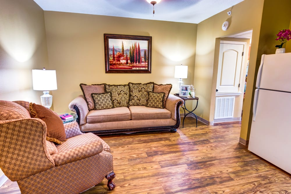 Living room with hardwood floors at The Atrium at Serenity Pointe in Hot Springs, Arkansas