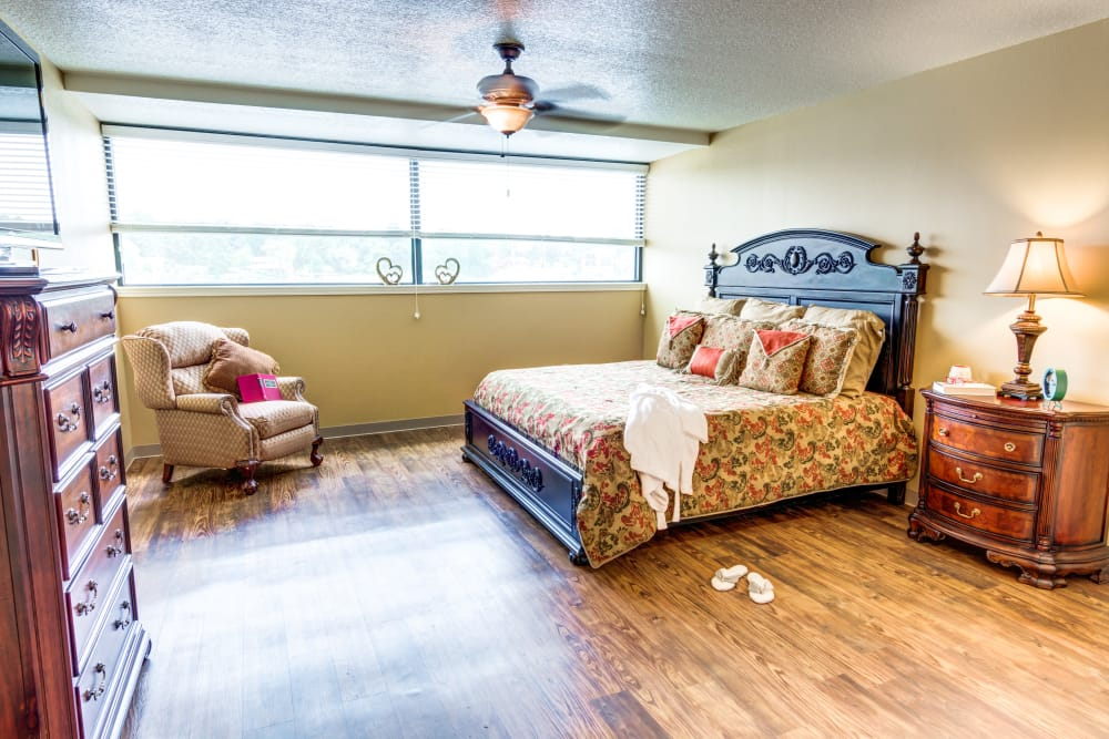 Spacious bedroom with hard wood floors at The Atrium at Serenity Pointe in Hot Springs, Arkansas