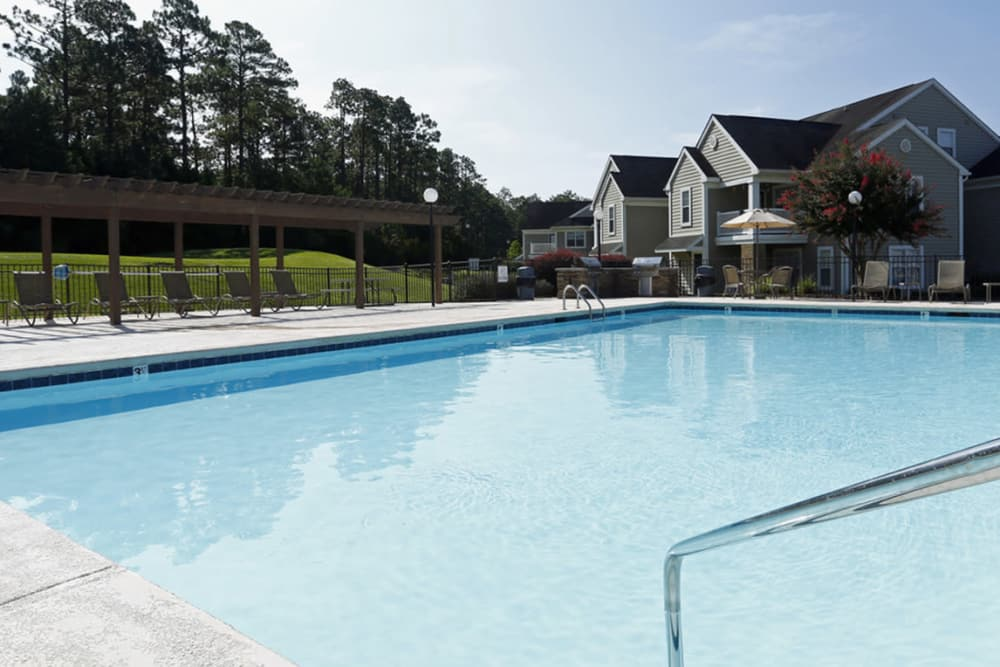 Park at Clearwater offers a swimming pool in Aberdeen, North Carolina