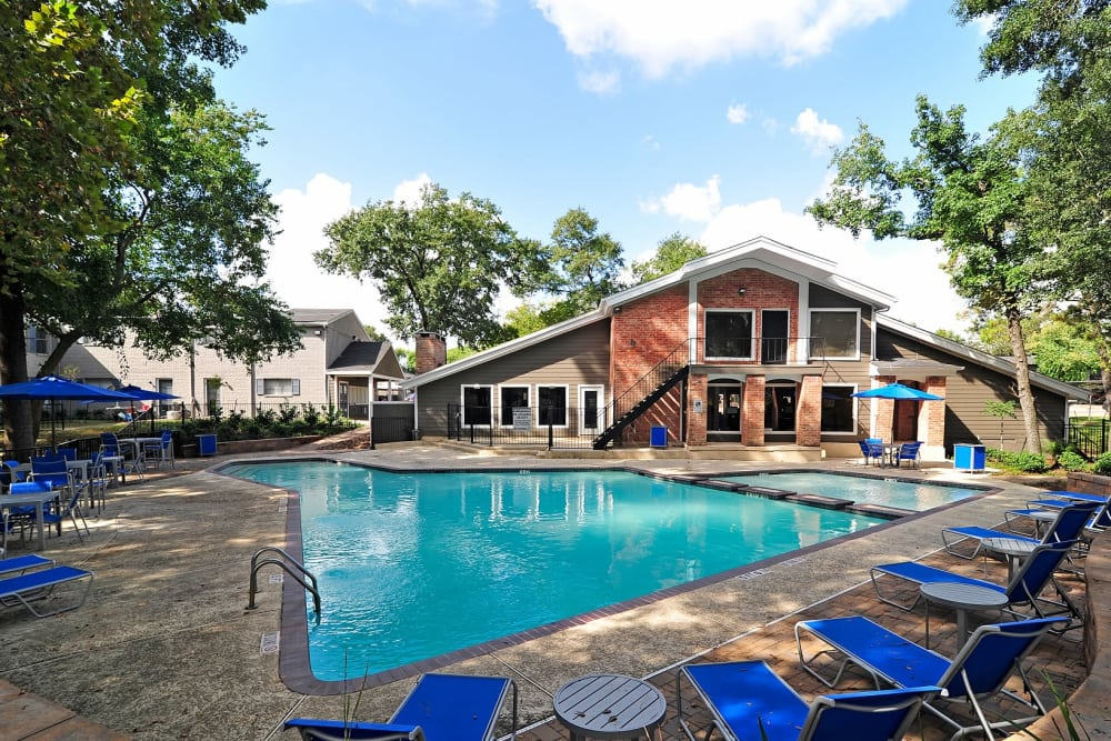 Beautiful swimming pool at Bayou Parc at Oak Forest in Houston, Texas