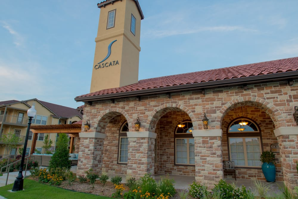Exterior of the leasing office at Cascata Apartments in Tulsa, Oklahoma
