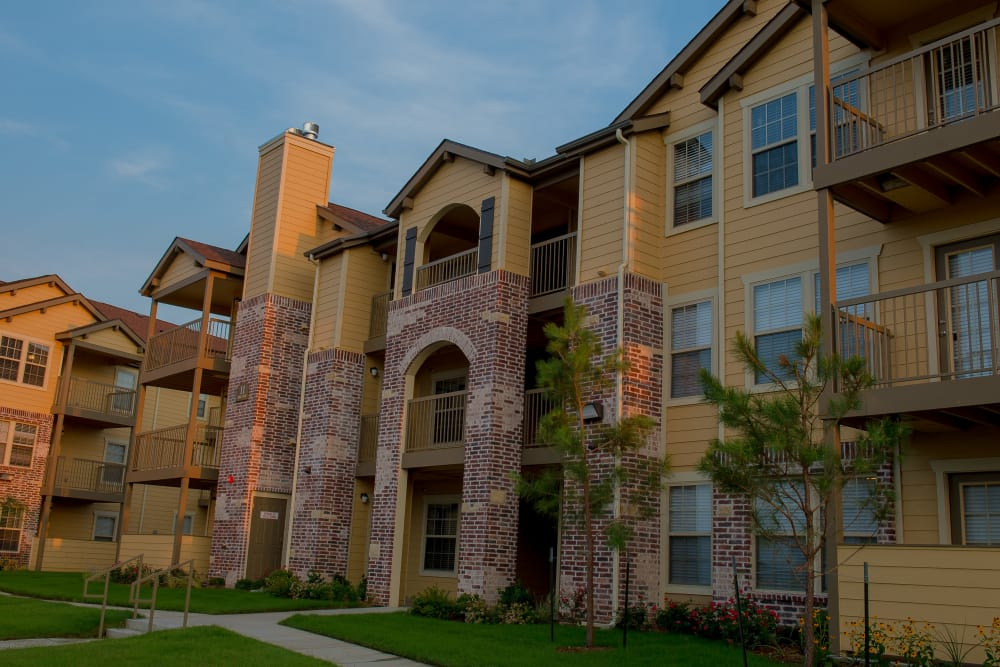 Exterior of an apartment building at Cascata Apartments in Tulsa, Oklahoma